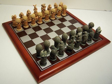 Australiana chess pieces, boxed, 75mm With Board